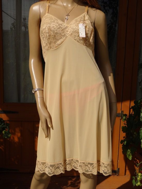 "GENUINE VINTAGE ""VANITY FAIR"" SILKY NYLON FULL SLIP  SIZE:- 40  #W144"